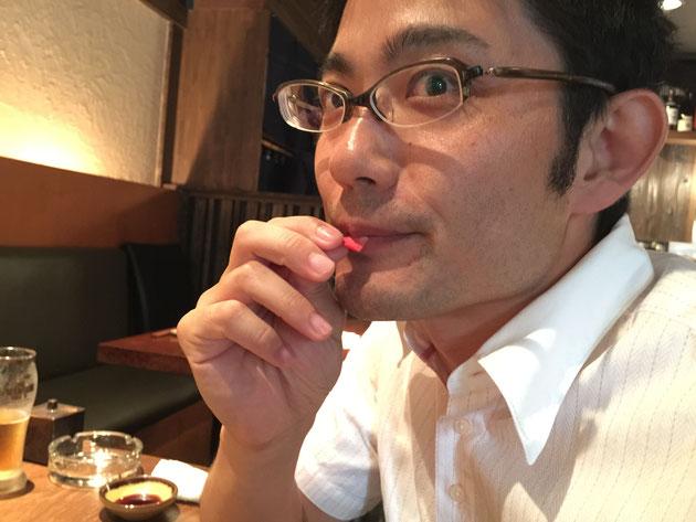 花びらを食べるガーデンドクター柴ちゃん。お味は?