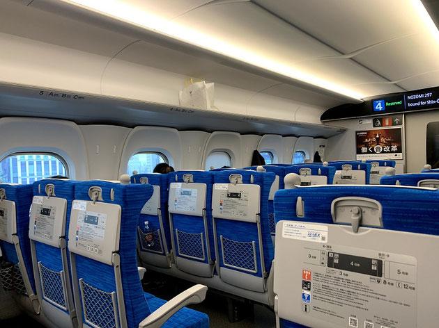 新幹線の中、明るくなってる?あれ?座席の色変えた?