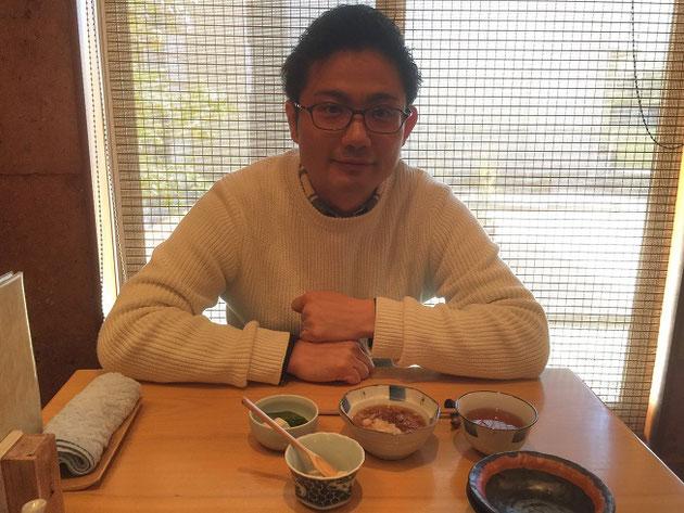 天ぷらをワクワクしながら待っているガーデンドクター柴ちゃん