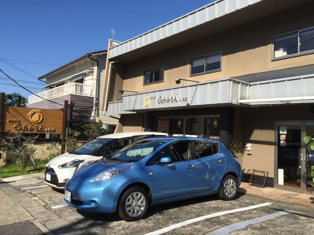 cafeかりん小幡店さんの全景。青い車は柴ちゃんの愛車リーフ。
