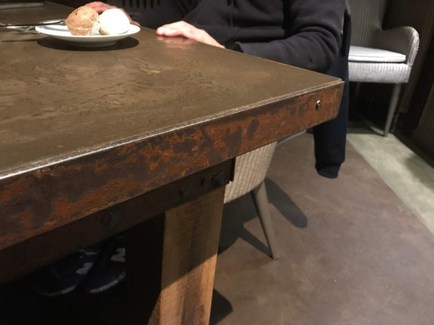 20年前モールテックスで作った天板をもつテーブル。