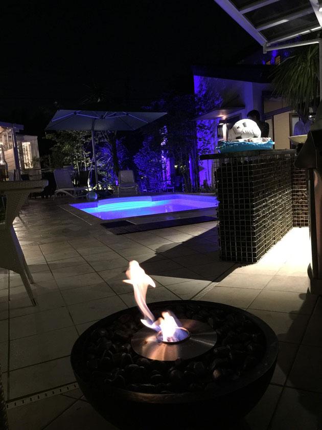 炎が生き物のようなファイヤーピット。これに集まって暖をとりながらずっと語らう。ホームリゾートの真骨頂だ。