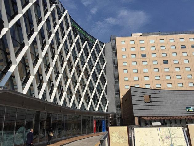 水戸の駅ビル。表にひし形の格子模様が施されている。