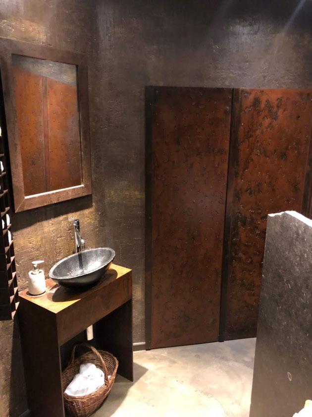 モールテックスで壁が塗ってある。どれだけオシャレなトイレやねん!!!