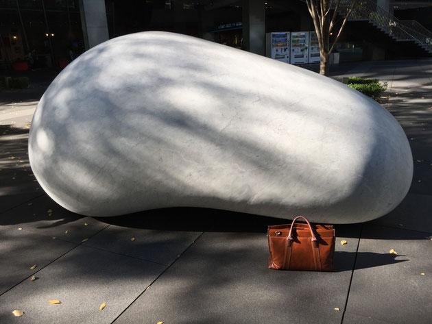巨大な白い石。カッラーラ産の白大理石だそうです。これはデカイ!!!