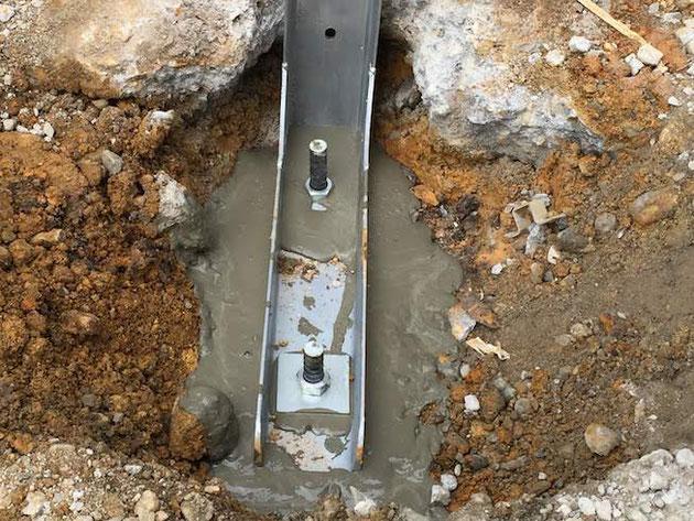 無収縮モルタルが入った穴にグラスファイバーの棒を入れてボルトを締めたら完了!