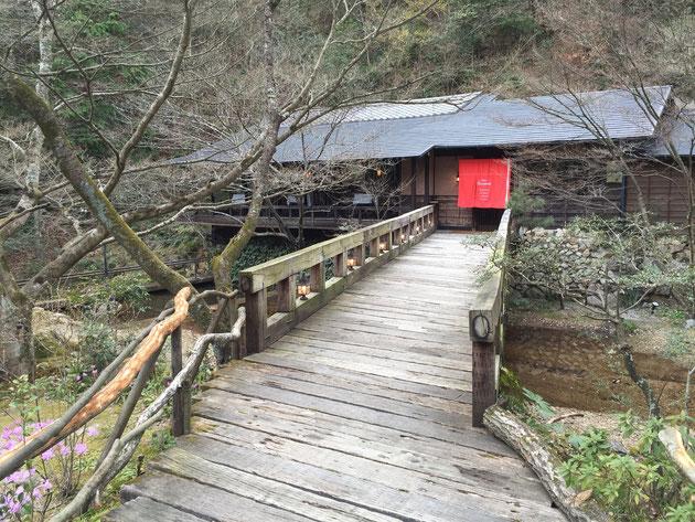 橋を渡った向こうにあるレストラン。昼のランチは終わって、夜に向けて仕込み中だった。