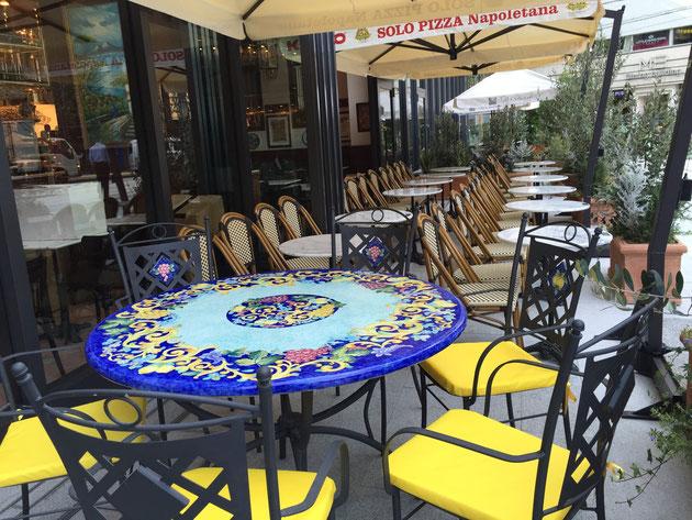 一つだけ特別席?座るのならこの雰囲気抜群のテーブルがいいなあ。