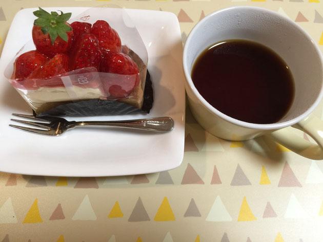 本日はどんぐりコーヒーのお供にイチゴのタルトを選択!!!最強コンビか?