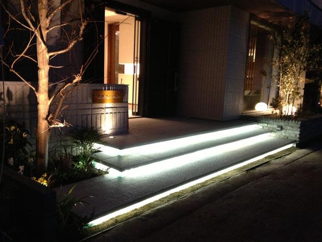 階段蹴上の積層ガラスにLED照明を組み込みました。柴垣がLEDを組み込みました。凄い大変だった・・・