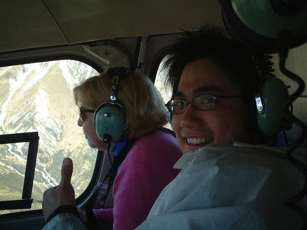 マウントクックへ向かうヘリコプターの中 この後、サービスの良すぎるヘリのパイロットのアクロバット飛行が始まった・・・
