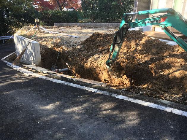 土留基礎作成の為に重機で掘削中