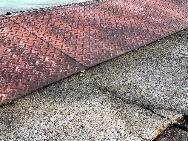 多分、道路にコンクリートかモルタルをオーバーレイしてある