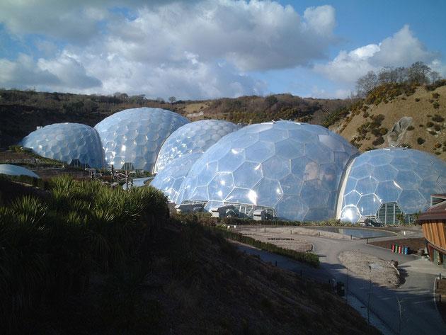 イギリス・コンウオール地方にあるエデンプロジェクト。壮大なドーム型の建物が並ぶ。