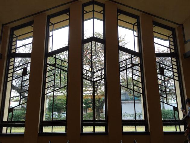 ホールの窓から見える桜の木。季節には最高の景色が見られるだろう。