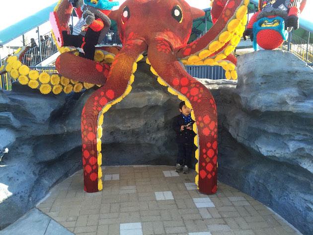 レゴで出来た巨大イカの足の下にはガーデンドクター柴ちゃんJrが!!!