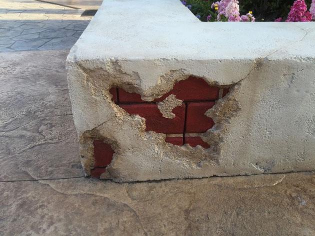 塗り壁の中からレンガが出てきている!これもモルタル造形か?