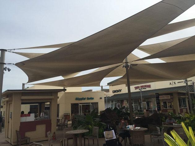 ショッピングモールの屋外カフェスペースには大きなシェードセイルが!