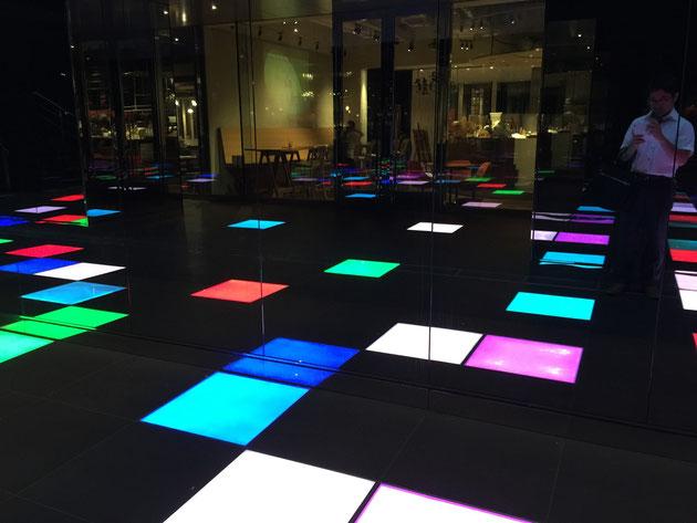 ルーセントタワーの地下通路。床のLEDパネルが時間ごとに色を変える。