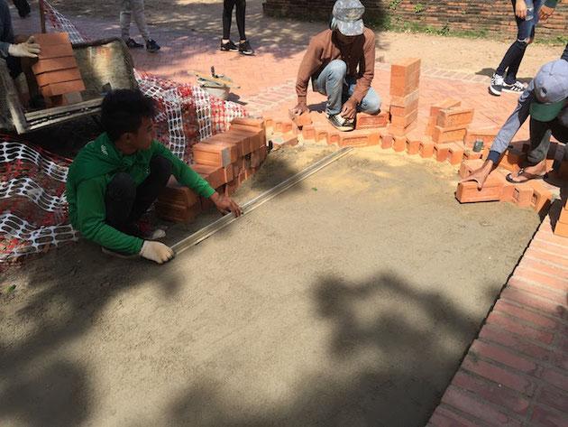 アユタヤ遺跡でレンガの床を作っていた職人さん達。