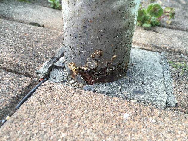 守山区にある柴垣グリーンテックからすぐの道路標識。根元が腐食している様に見える。これもワンちゃんのおしっこが原因?