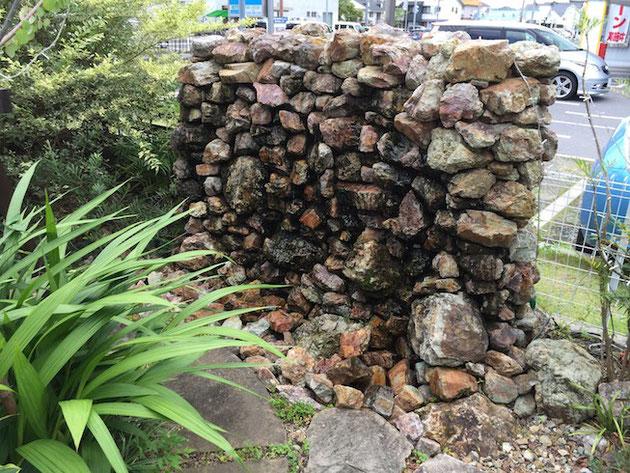 お水が出ている石で組んだ壁泉。