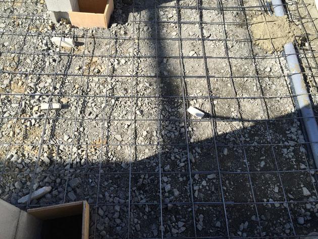 一般的なコンクリート土間を打つ場合はコンクリートの中にメッシュ筋を入れる。
