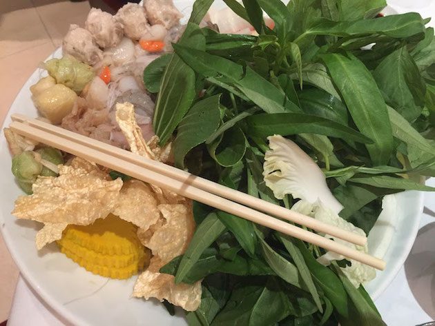 夜ご飯は皆でタイスキ!日本人の口にも良く合う味付けだ!が・・・
