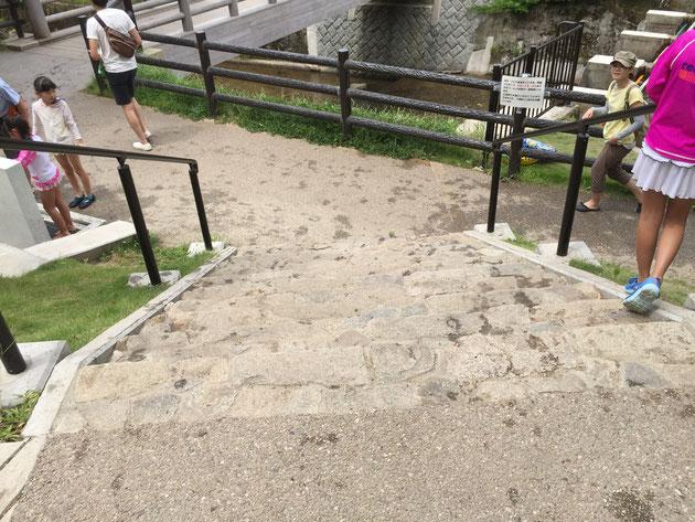 橋を渡ってすぐに階段がある。