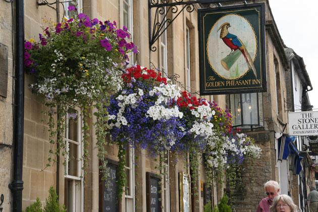 こちらはイギリス・コッツウォルズのホテル ハンギングバスケットが美しく飾られている