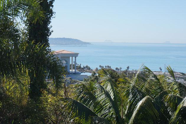 階段を上がった先から見た海。抜群のロケーション。隣の家が神殿みたいだ。
