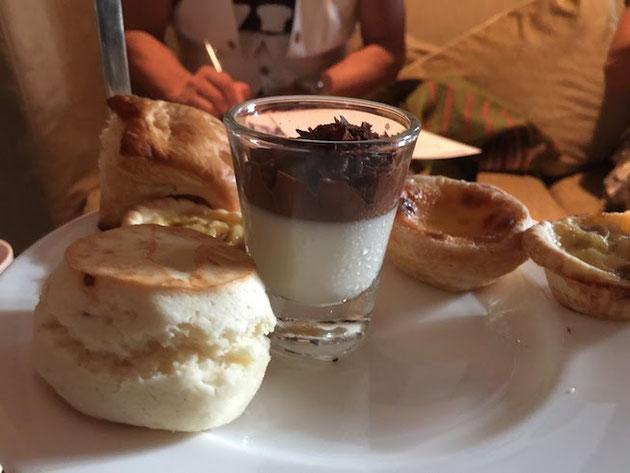 タイ式アフタヌーンティー。2番目のお皿スイーツお皿!エッグタルトとスコーンとパフェ!