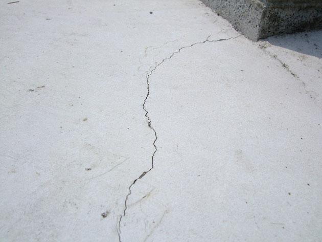 コンクリートの表面にうっすらとひび割れが。。。