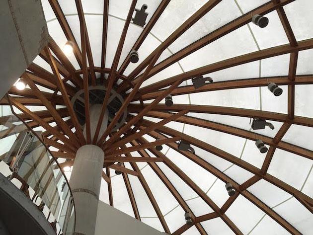 どんぶり会館の中。屋根はテント構造?