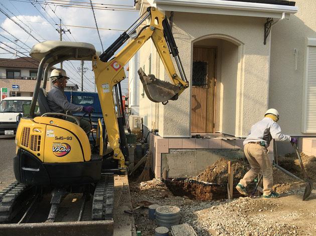 バックホウにて、掘削作業です。