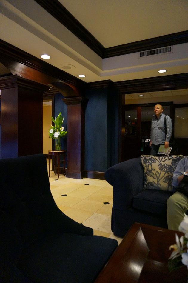 インテリアは濃い茶色でまとめられて高級感がある。右に見えるのは千葉のボックスウッドの井田社長。