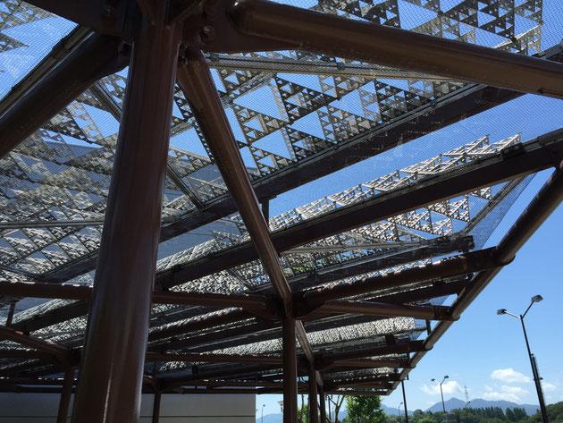御在所サービスエリア(下り)にあるパーゴラ 屋根のパンチングメタルで作った模様が何とも独特だ