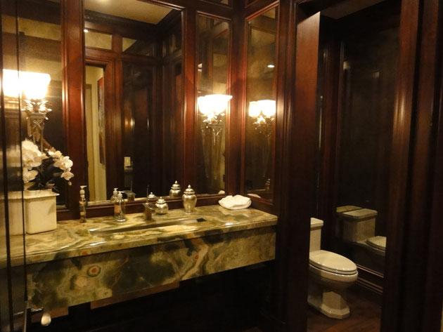 ホテルより凄い化粧室。