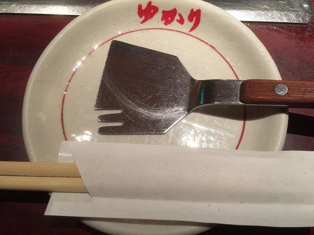 大阪のお好み焼きやさんで見つけたお好み焼き用のコテ。でも、何か違う・・・