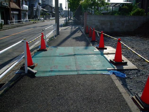 歩道に鉄板を敷きました!!