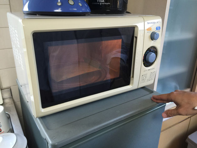 封筒に入れたギンナン10粒を500Wの電子レンジで1分加熱しました。