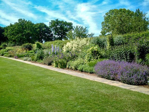 イギリスのボーダー花壇。これはウィズリーガーデンのミックスボーダー。