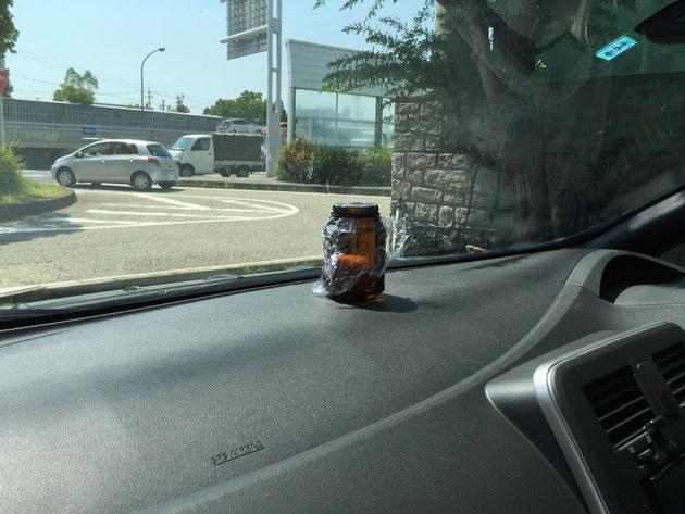 リーフの上に置かれた生卵入りのクリープの瓶。