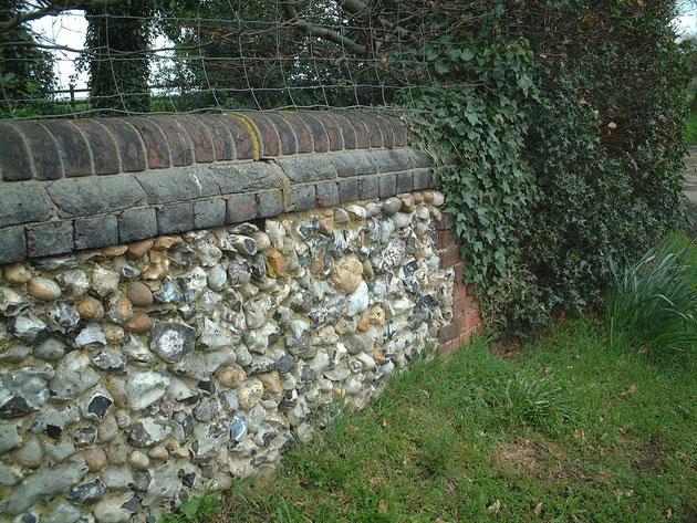 フリントンストーンとレンガが組み合わさった壁。イギリスっぽい雰囲気出てます!!!