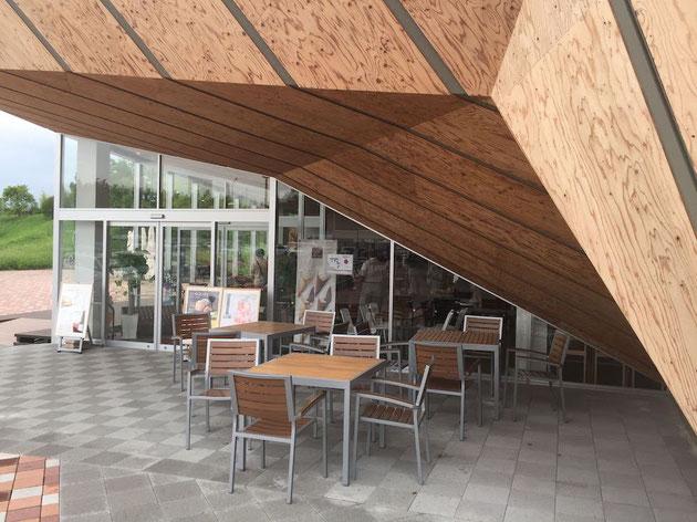 店舗から張り出した空間の下はテラス席!この建築デザインならでは!