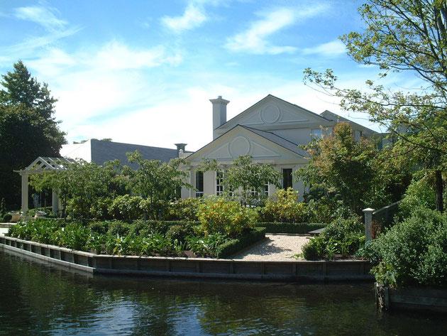 ガーデンライフを変えるポイント。気温・湿度偏 水辺にあるニュージーランドの素敵なお家