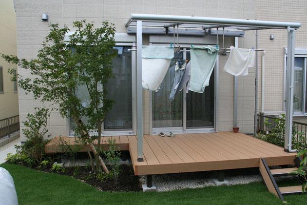 テラス屋根を直接外壁に打ち付ける事が出来なかったので、汎用形材で鳥居組をして施工した。