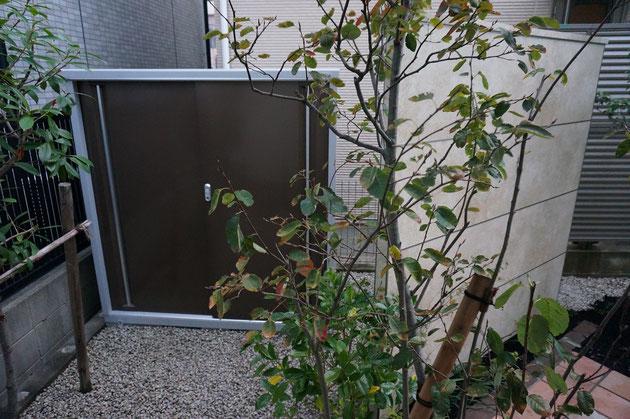 実はこの塀の後ろには物置が隠れていた!