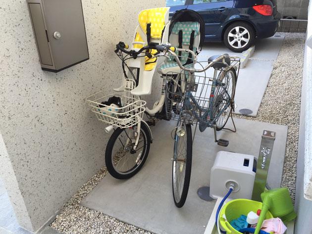 実は門塀の裏には自転車が隠せるようになっている。ピロティの部分が屋根になるので、自転車も濡れずにすむ。