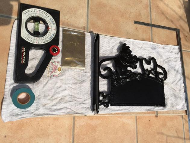 今回用意していった道具。水平器にマスキングテープにサシガネ。本体を傷つけないようにタオルもあるといい。
